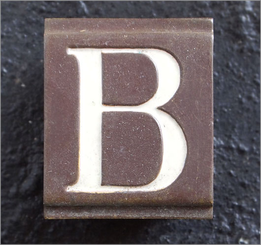 Small vintage enamelled brass door sign letter 'B'