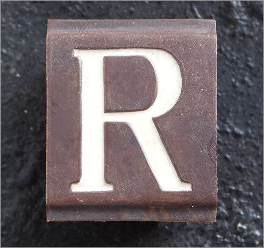 Small vintage enamelled brass door sign letter 'R'