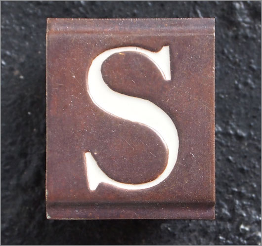 Small vintage enamelled brass door sign letter 'S'